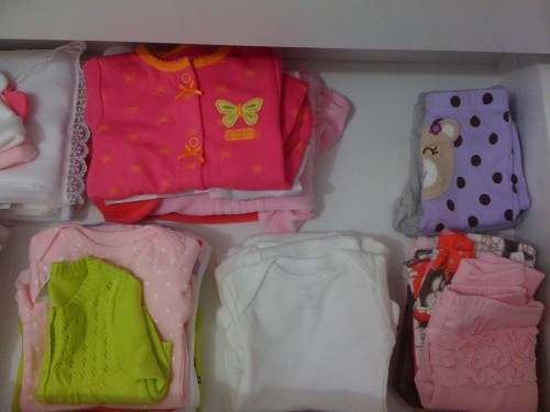 Oh, que saudade! Tudo muito organizado.. rssss (hj em dia é uma bagunça porque a mocinha de 85cm adora abrir e revirar as gavetas :)